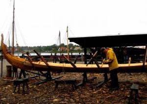 På værftet på Vikingeskibsmuseet i Roskilde laver håndværkere og skibsbyggere en ny rekonstruktion af et vikingeskib (2011). Håndværkeren bruger noget immaterielt (evner, kunnen og bevægelser) til at frembringe et materielt udtryk (et skib). Foto: Jonas Abkjær Andersen